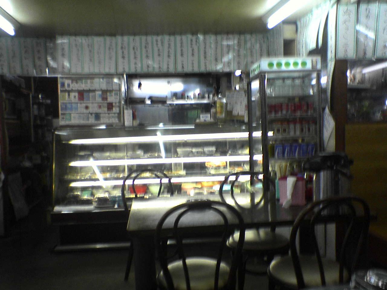 この店は、ラーメン、そばから定食まで何でもある店。ここで飯を食べ、飲んで仮眠するドライバーも多いので、おつまみも充実。